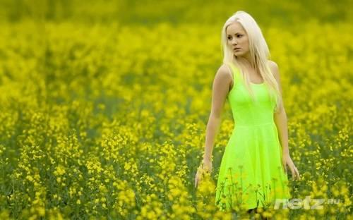 фото красивая девушка в желтом платье